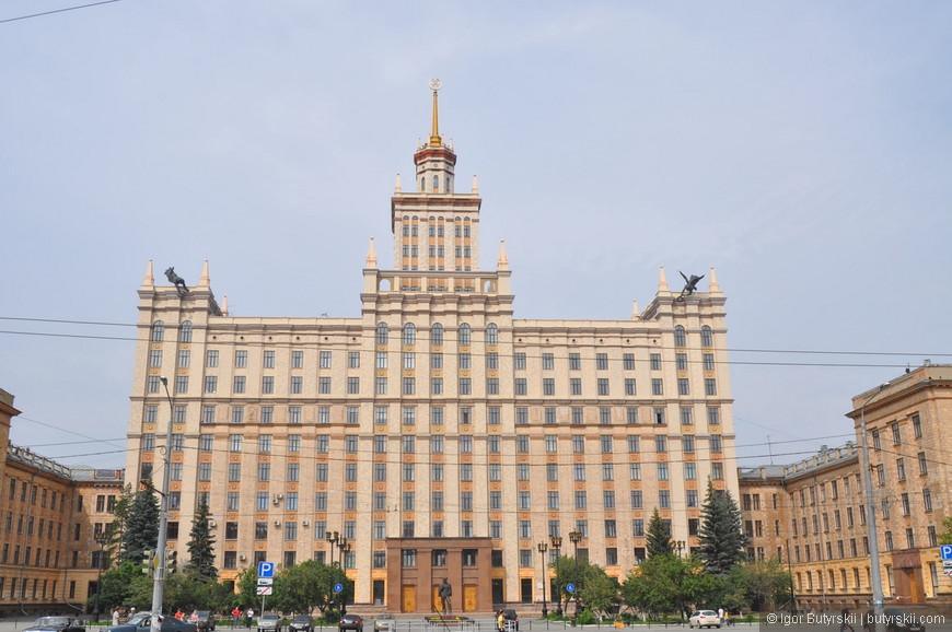 25. В некоторых городах России и восточной Европы тоже встречаются здания в стиле Сталинского Ампира. Например здание университета ЮУрГУ в Челябинске.