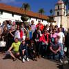 Группа туристов на фоне Католической Миссии Санта-Барбары