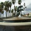 Въезд на пирс Санта-Барбары - фонтан с прыгающими дельфинами