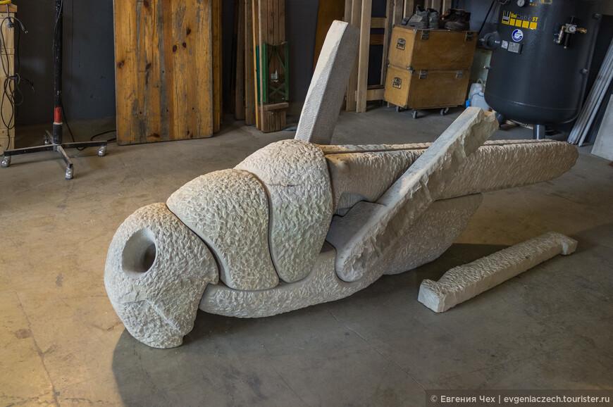 А мы заглянули в ателье скульптора Peer Steppe. Эта работа символизирует бездушие современного мира, внутри пустоты.