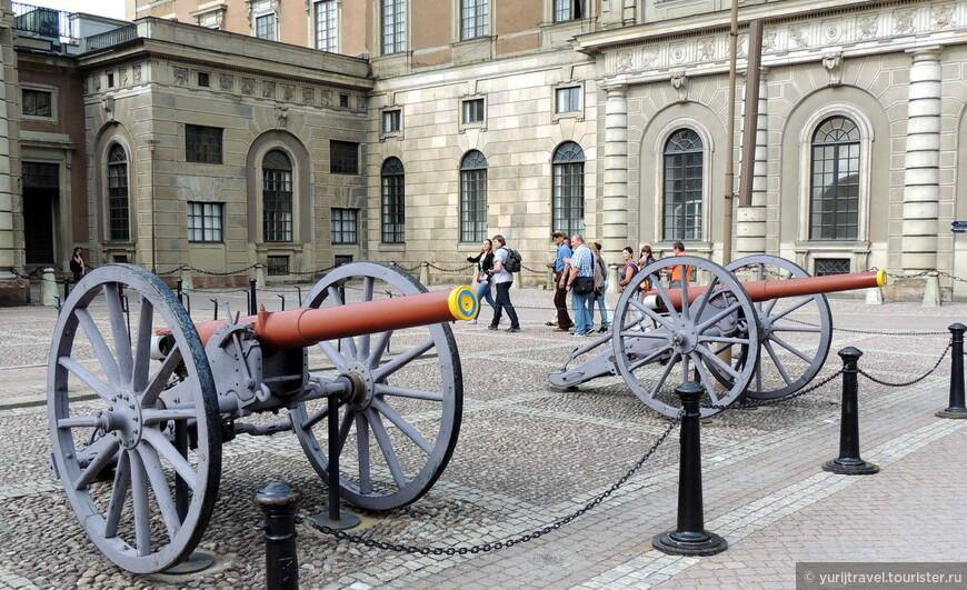 На площади у Королевский Дворца ежедневно, ровно в полдень проходит торжественная смена почетного караула.
