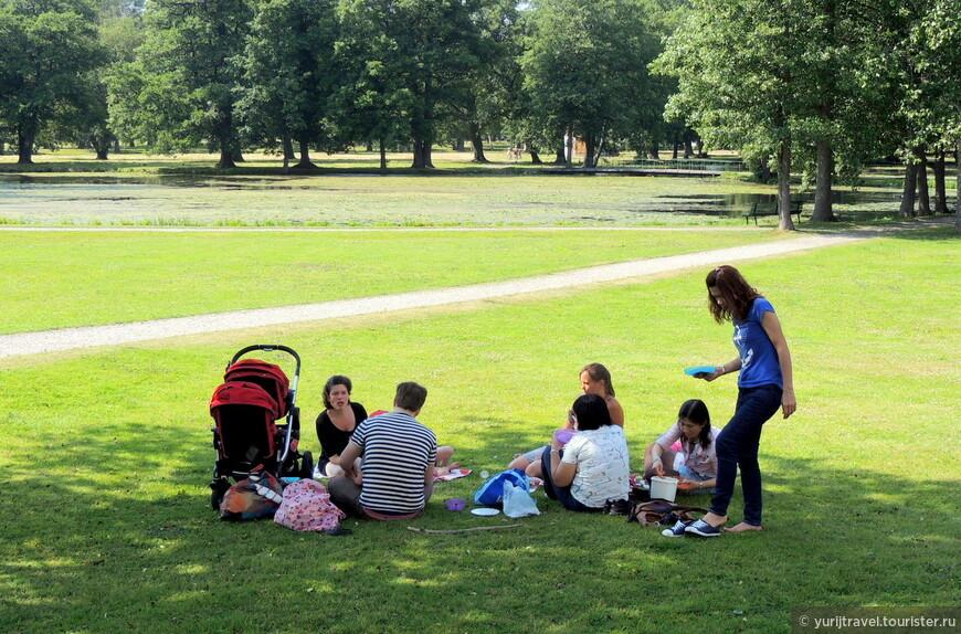 В королевском парке можно запросто гулять на всех лужайках парка всем гражданам Швеции и их гостям