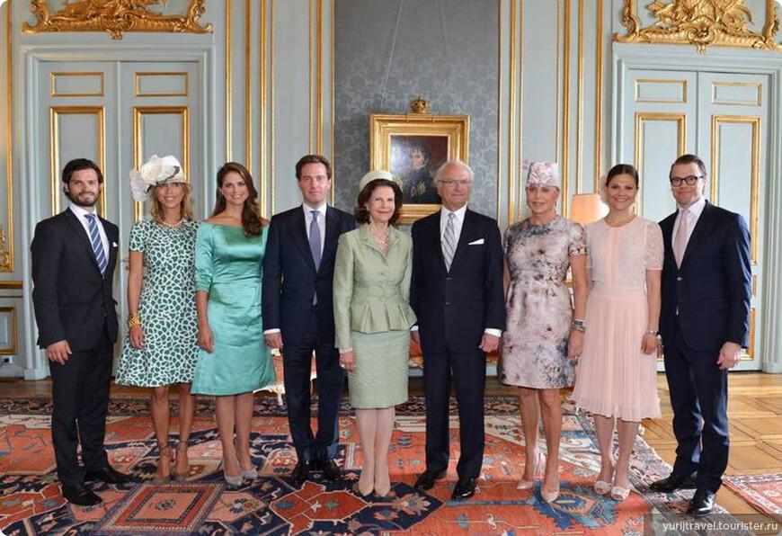 Семья короля: принцесса Мадлен (дочь), король Карл XVI Густав, королева Сильвия, принц Карл Филип (сын), кронпринцесса Виктория (дочь). А все остальные — мужья и жены детей. Из Интернета.