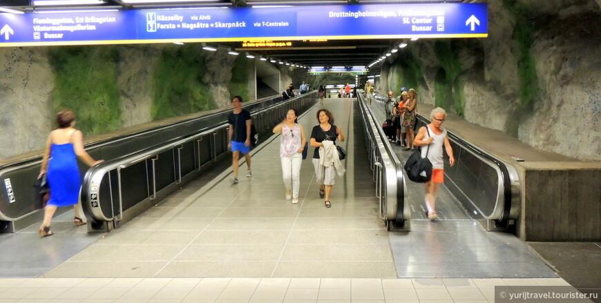 При продолжительности линий около 105 км, метро состоит из 100 станций. Т.е. на каждый километр метро приходится одна станция.   Для строительства метро условия под Стокгольмом не из лучших – почти везде сплошной гранит. Может быть поэтому его глубина залегания и невелика.  Из 100 действующих станций, 47 проходят под землей и вырублены в скалах, а 53 являются наземными и надземными.