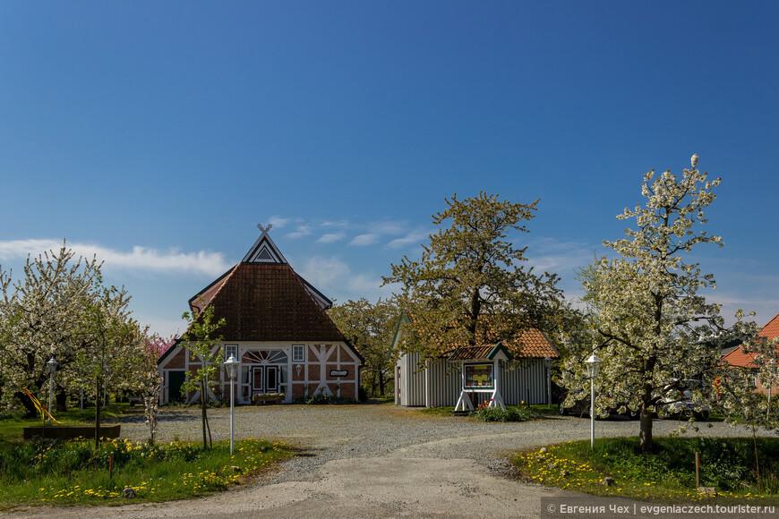 Типичные гамбургские фахверковые домики с соломенной крышей, кирпичной орнаментальной кладкой и белыми дверями можно увидеть здесь в больших количествах.