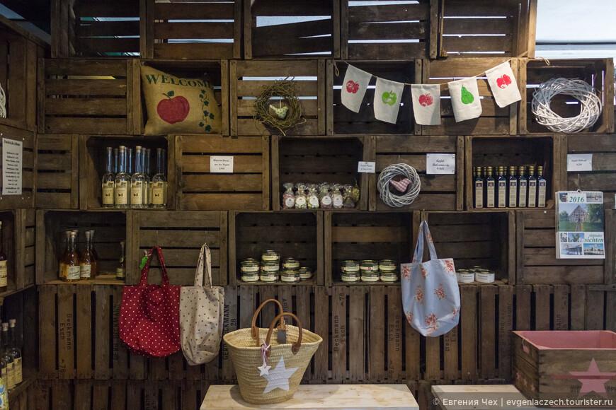 Практически при каждом дворе открыт магазинчик, где можно приобрести яблоки, другие фрукты по сезону, соки, варенья, вина...