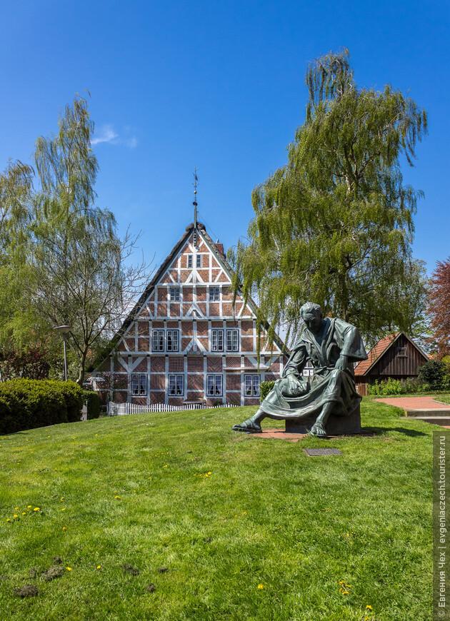 Памятник отцу Генриху, начавшему миссионерскую деятельность в Альтес Ланд уже в 12 веке.