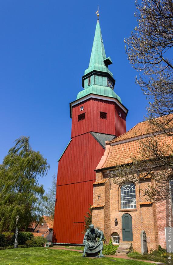 В каждой деревне по церкви. Церкви строились в 15-16 веках, кирпичные, а колокольни остались из дерева.