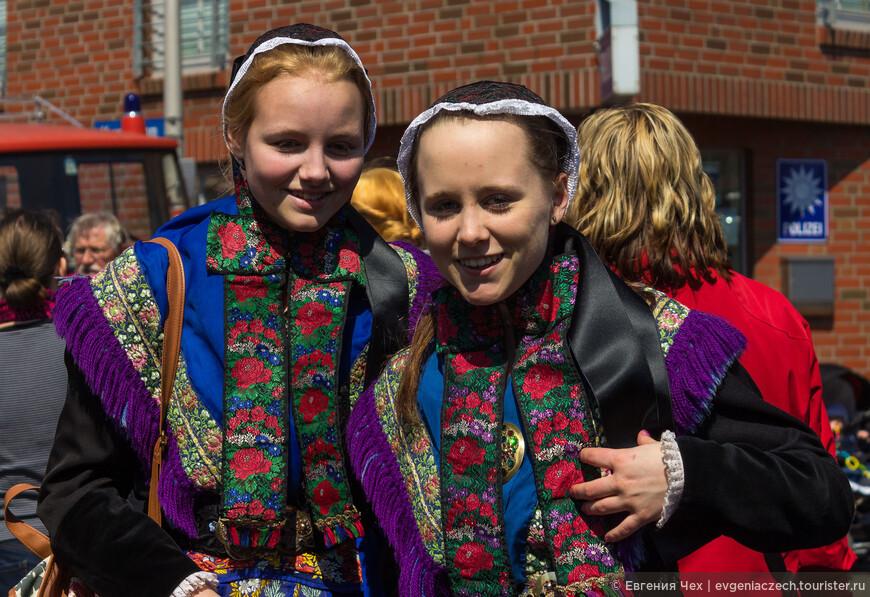 Во время многочисленных праздников девушки охотно одевают народные костюмы, трахтены.