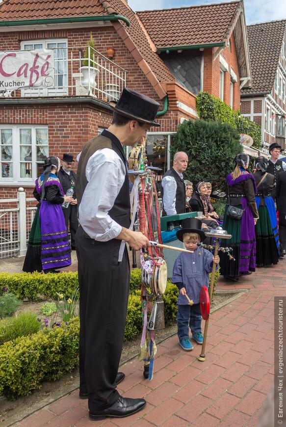 Мужские традиционные наряды состоят из черных брюк и жилета, а также обязательного котелка. Малыши тоже не отстают.
