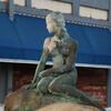 Статуя маленькой Русалки из сказки Ганс Христиана Андерсена является точной копии статуи в Копенгагене
