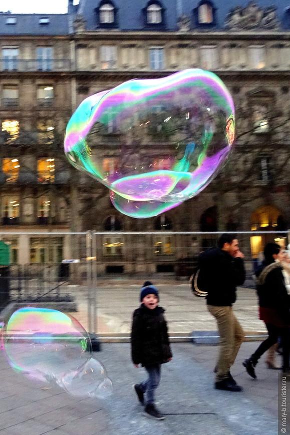 Восторженный мальчишка и мыльные пузыри на Отель-де-Виль