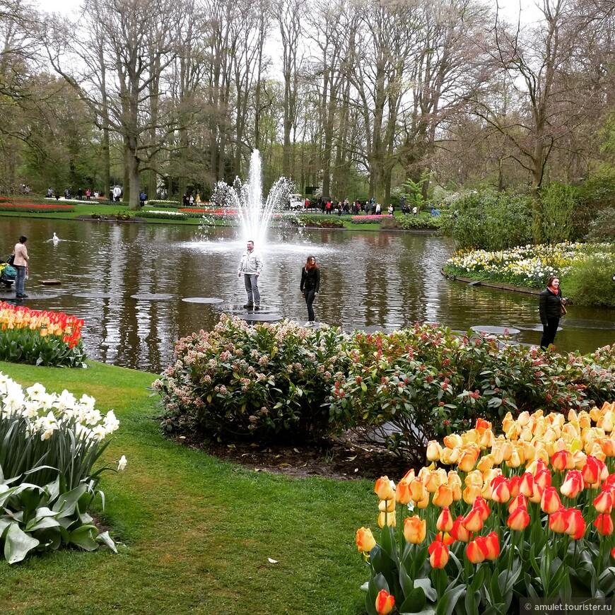водная дорожка у фонтана привлекает не только детей, но и взрослых :)
