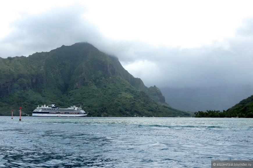 Муреа - второй остров Французской Полинезии, который я посетила на следущий день. Было гораздо пасмурней, это придавало легкую загадочность всему окружающему...