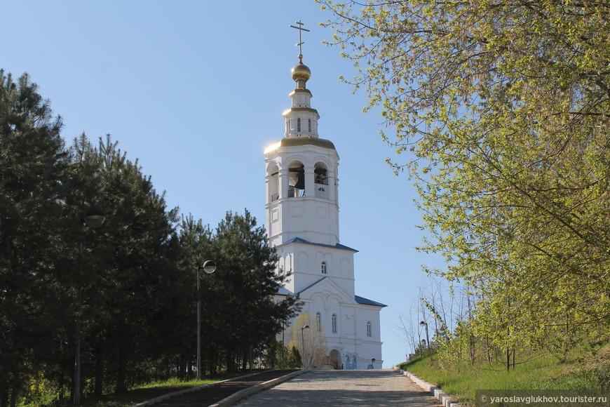 Надвратная колокольня с церковью Михаила Архангела.