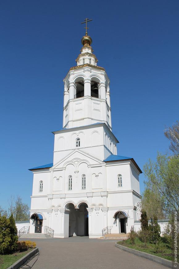 Церковь Михаила Архангела служит входом в монастырь.