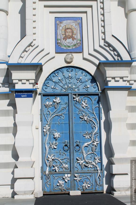 Вход во Владимирский храм.