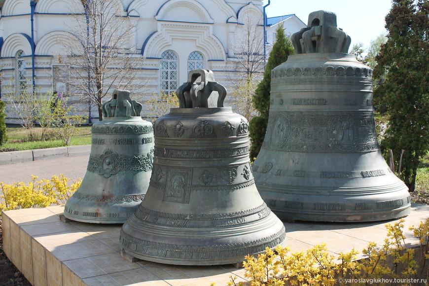 Три колокола при входе в Зилантов монастырь.
