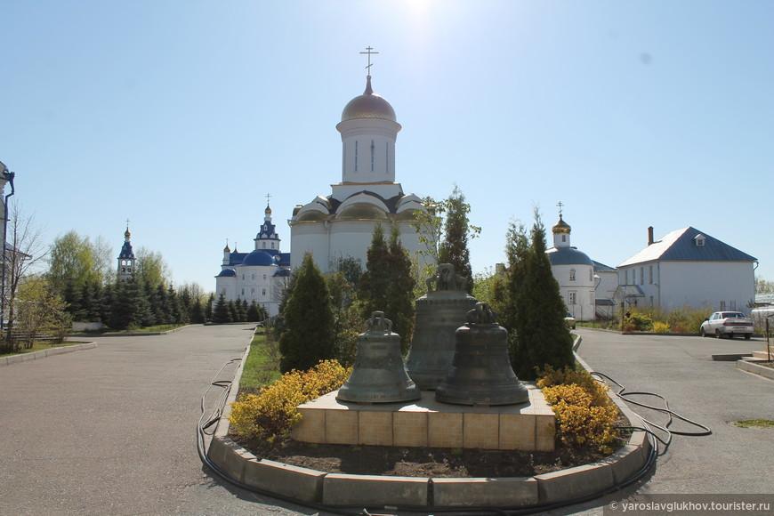 Вид на монастырские строения от колокольни.