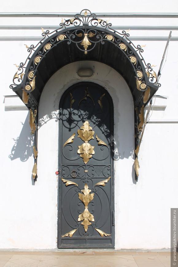 Очень красивая дверь церкви Святого Владимира.