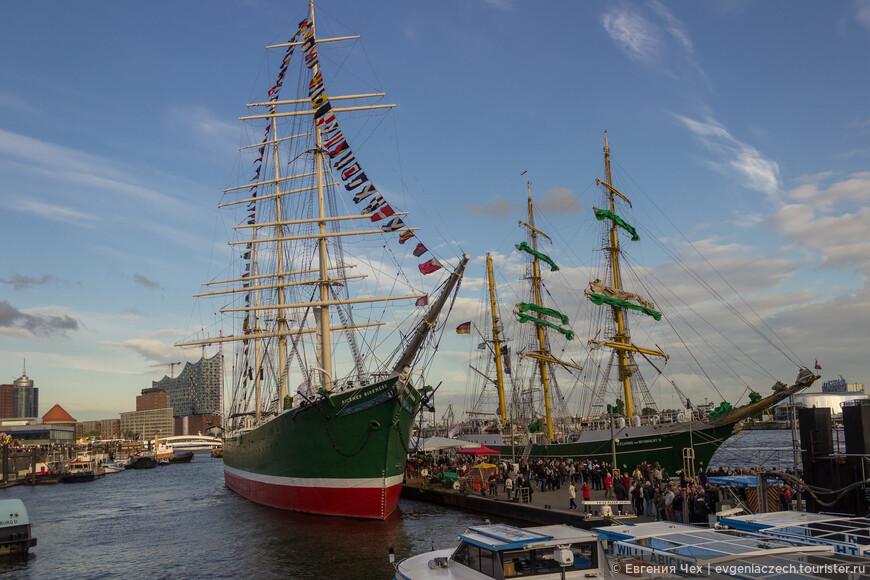 Исторические корабли празднично украшены