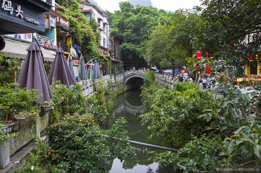 Жильё лучше всего снимать именно в таких переулках – здесь относительно тихо, но при этом ощущается высокая энергетика раскрученного туристического места.