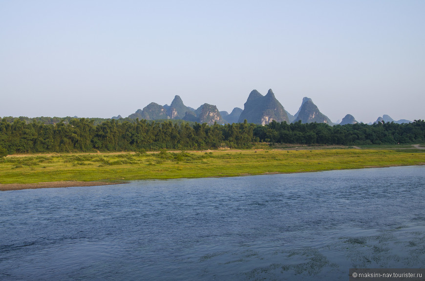 Вид с набережной на противоположный берег реки Лицзян.