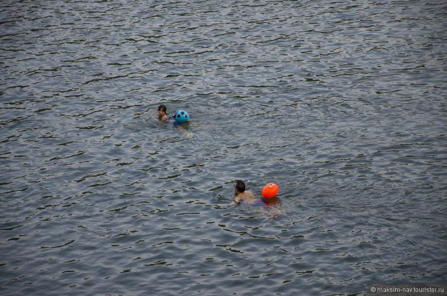 Я уже как то рассказывал, что большинство китайцев не купаются без привязанных спасательных буйков, которые иногда имеют такие забавные формы.