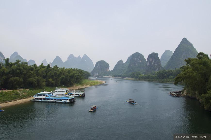 Гуляя  дошли до моста через реку Лицзян. Хотя это довольно шумное и пыльное место из-за интенсивного транспортного потока, но вид на реку здесь восхитительный!