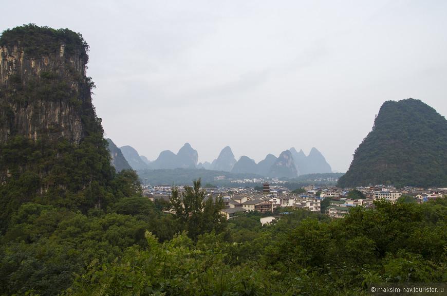 Вечером мы снова возвратились в городской парк. Дело в том, что на территории парка расположен холм Xilang Hill, на вершину которого ведёт удобная тропа. Отсюда открываются красивые виды на город и здесь мы встретили закат.