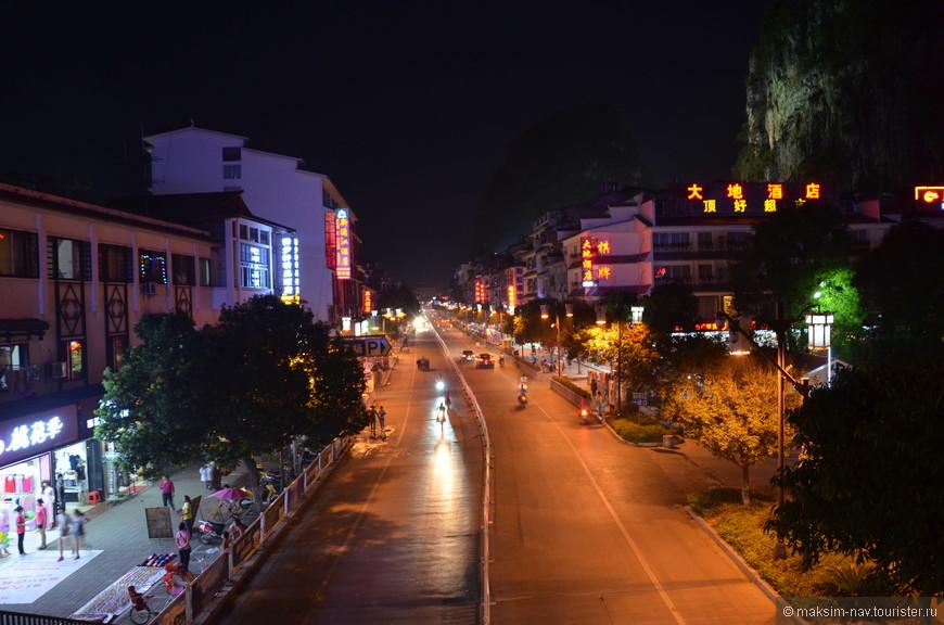 Обычные улицы города вечером пустеют.