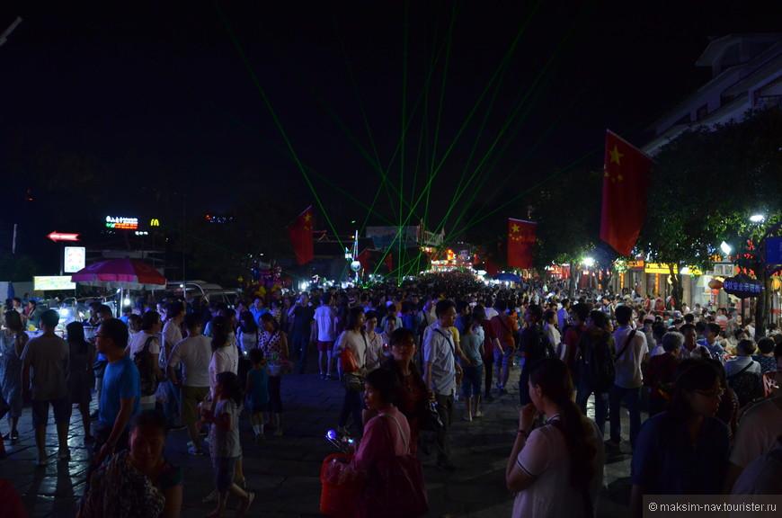 Причём иногда китайцев становилось очень много, и чтобы добраться до нашего отеля приходилось минут десять протискиваться через плотные редуты толпы.