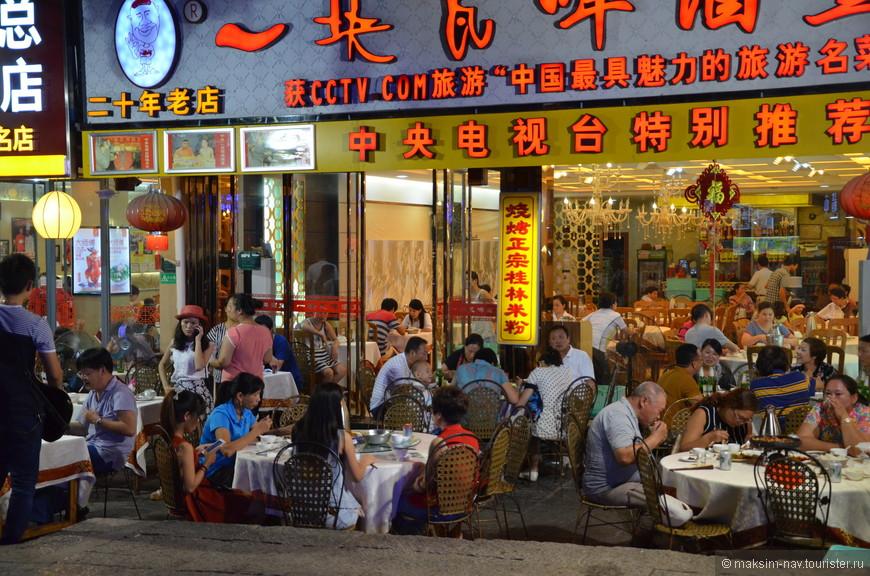 Китайцы гуляют целыми семья до поздней ночи и это всё под громкую музыку, как профессиональных исполнителей, так и любителей караоке. Такое интересное сочетание красивой и тихой природы с весёлыми и энергичными китайцами.