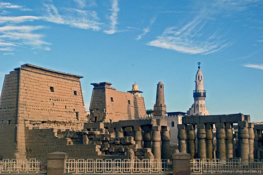 Вид на Луксорский храм с набережной Нила..