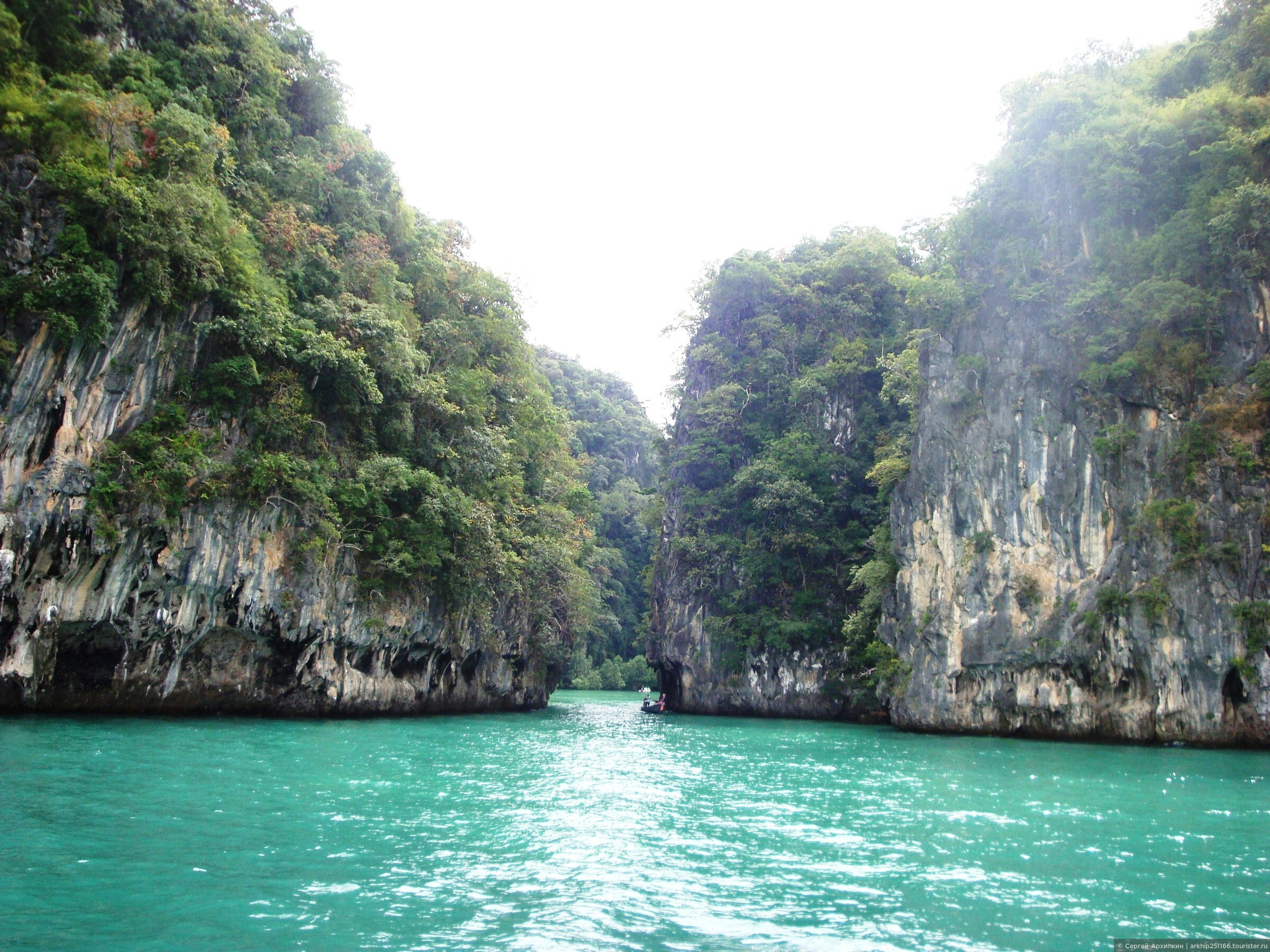 На кораблике по островкам, лагунам и пляжам Андаманского моря в провинции Краби (Таиланд).
