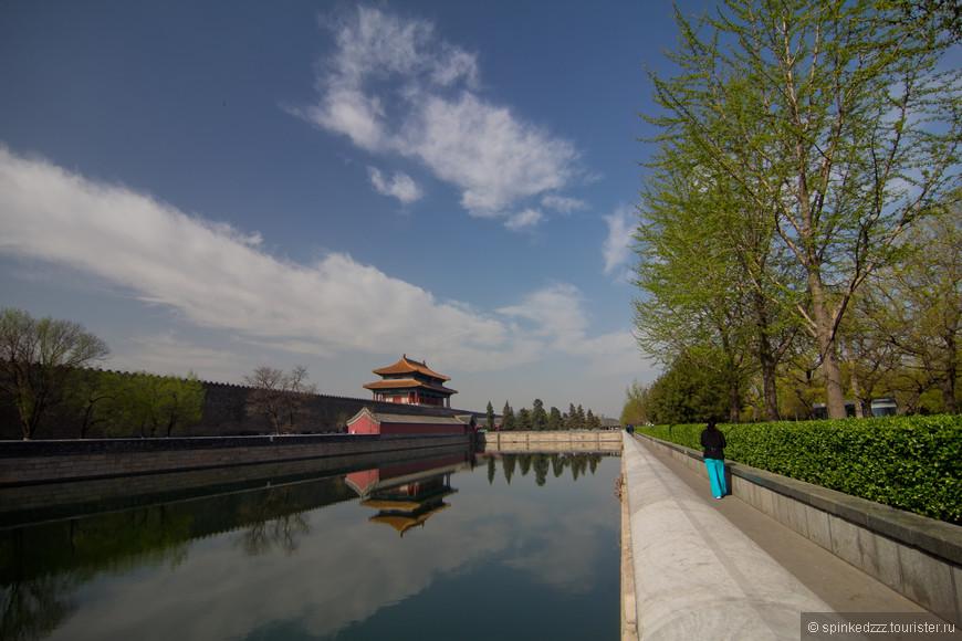 вдоль стен императорского дворца