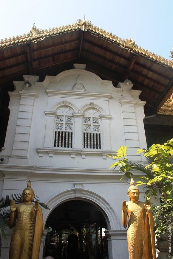 Гангарамая — это куда больше, чем просто буддистское святилище. Его основатель знаменитый местный монах Хиккадуве с самого начала решил создать не только место поклонения Будде, но и своеобразный университет, в котором ученики смогут осваивать буддистские тексты, изучать культуру и получать необходимые знания в других сферах.