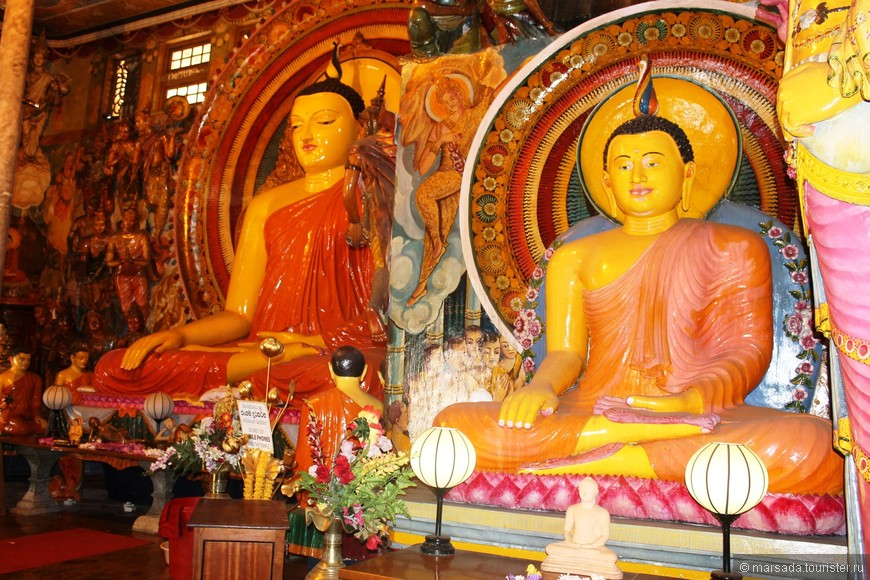 Храмовый комплекс состоит из нескольких зданий, построенных в довольно эклектичном стиле — здесь прослеживаются черты и ланкийской, и тайской, и индийской архитектуры, и даже некоторое влияние Запада. Изнутри храм густо покрыт росписями, рассказывающими о деяниях Будды и просветленных монахов, и буквально заставлен скульптурами разных размеров.
