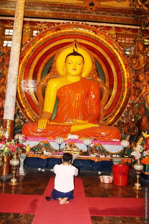 Храмовая часть впечатляет невероятно! Огромные статуи Будд во всевозможных позах, много молящихся, благоговейная тишина.