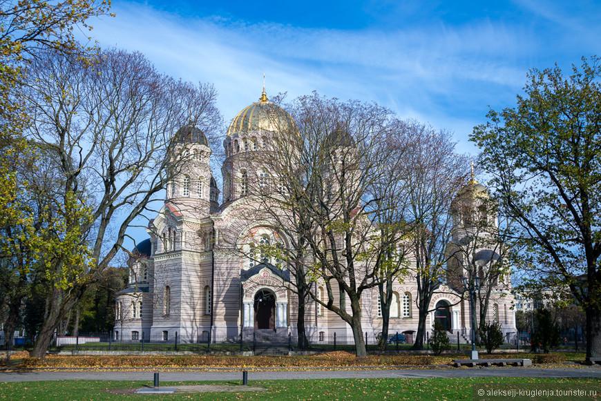 Христорождественский кафедральный собор посреди зеленого парка