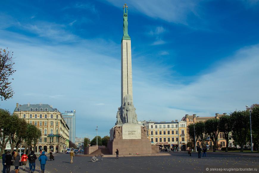 Вершина памятника - статуя Свободы. Она и гордо выпрямившиеся скульптуры у подножия смотрят на запад. На восток же обращены согнутые фигуры в рабских цепях. Удивительно, что этот памятник пережил советский период