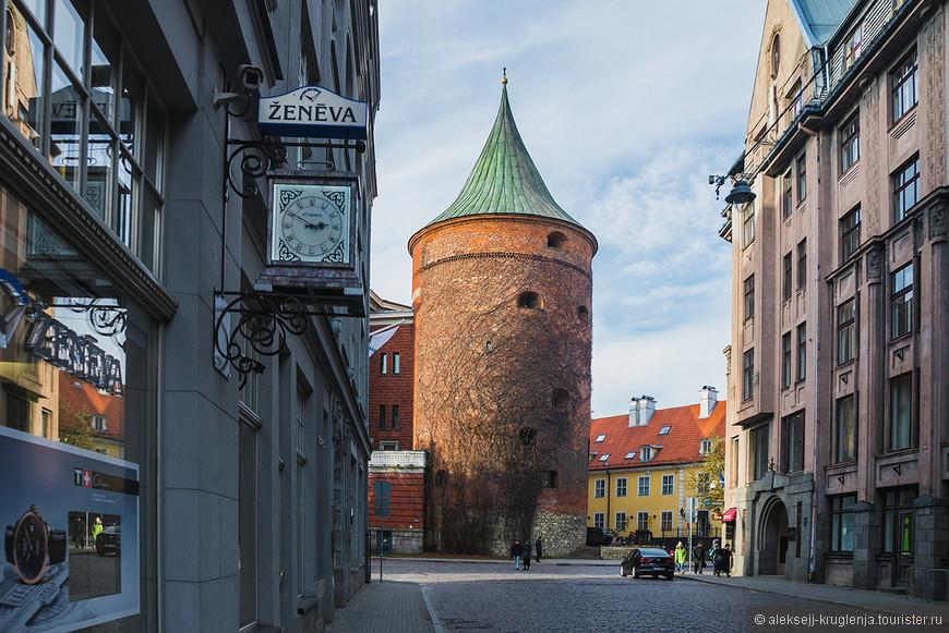 Пороховая башня - единственная сохранившаяся башня крепостной стены. С XVII века здесь хранился порох, а сейчас располагается Военный музей