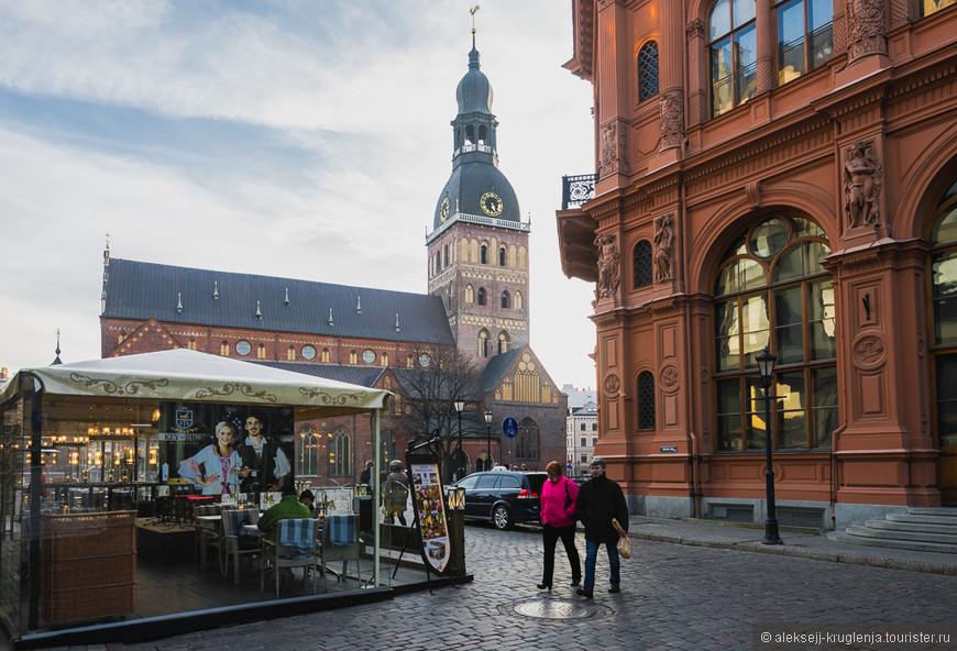 Выходим на Домскую площадь, где возвышается одна из главных архитектурных доминант и символов города - Домский собор