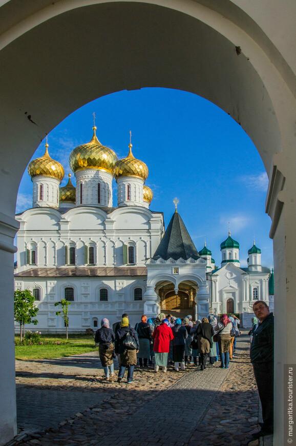 Троицкий собор,  Церковь Рождества Пресвятой Богородицы через арку главных воторт. Они же называются ещё - Северные  и Екатерининские ворота.