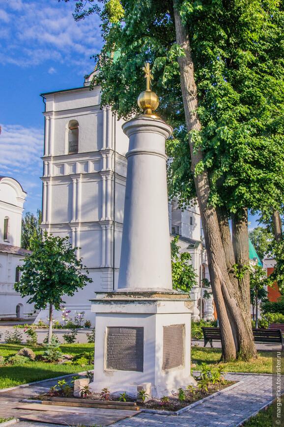 Плита на одной из сторон перечисляет все духовные святыни монастыря