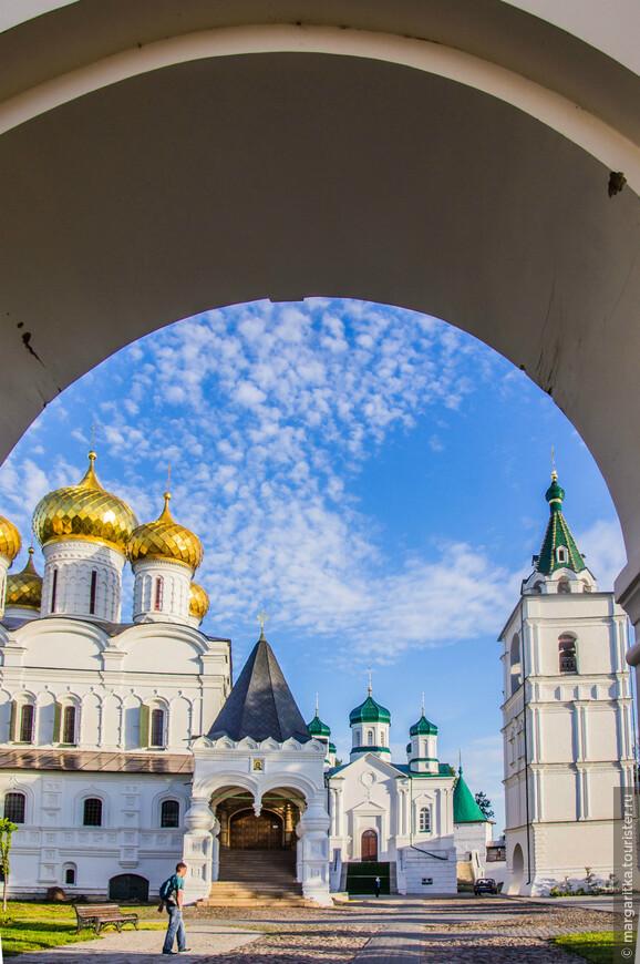 Троицкий собор, Церковь Рождества Пресвятой Богородицы и  Звонница-Колокольня