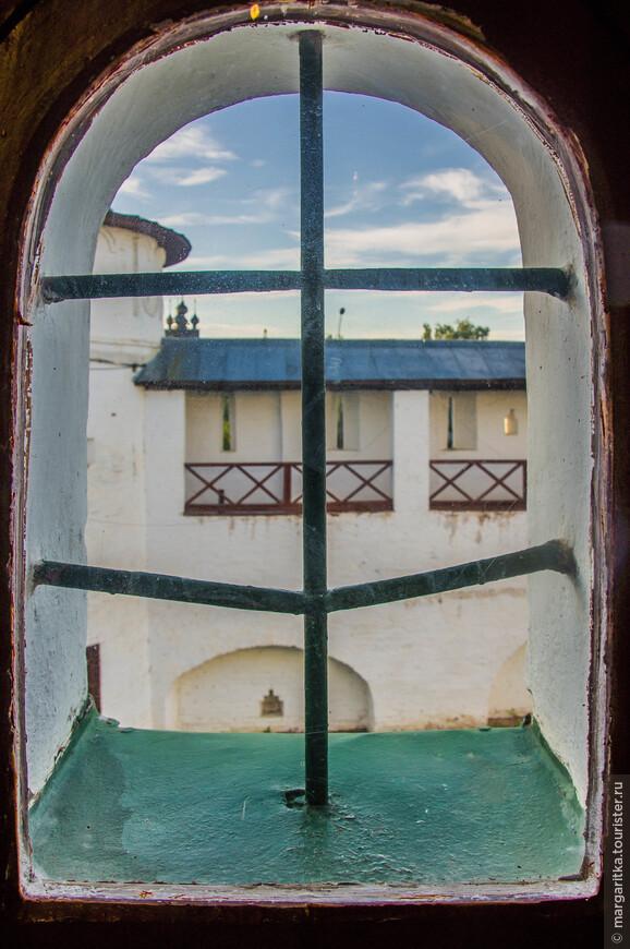 вид из окон «Царских чертогов» на часть северной стены и кузнечной башни