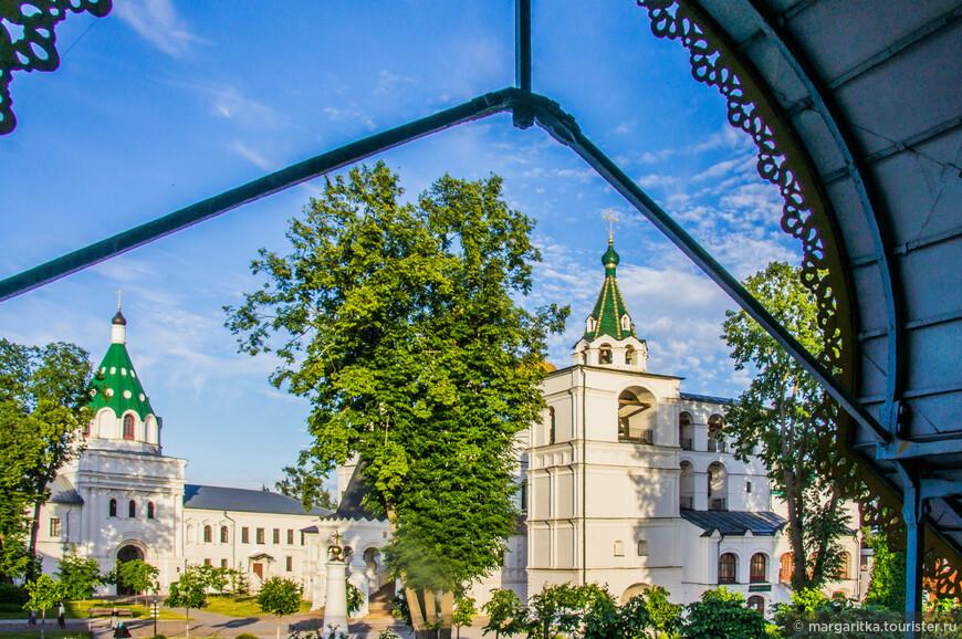 общий вид на территорию монастыря из под навеса над входом в «Царские чертоги». а ныне церковный музей монастыря