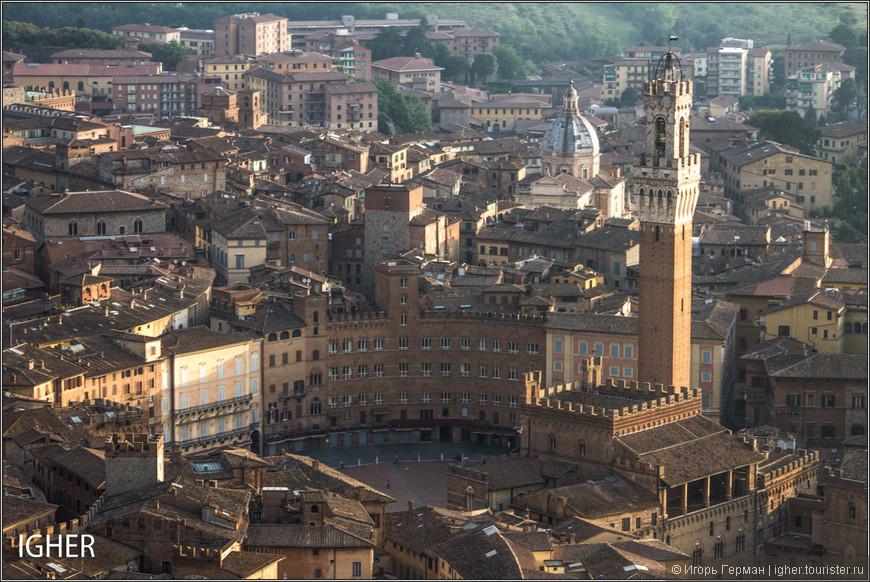 а вот это уже piazza del Campo...место где 2 раза в год проходят скачки