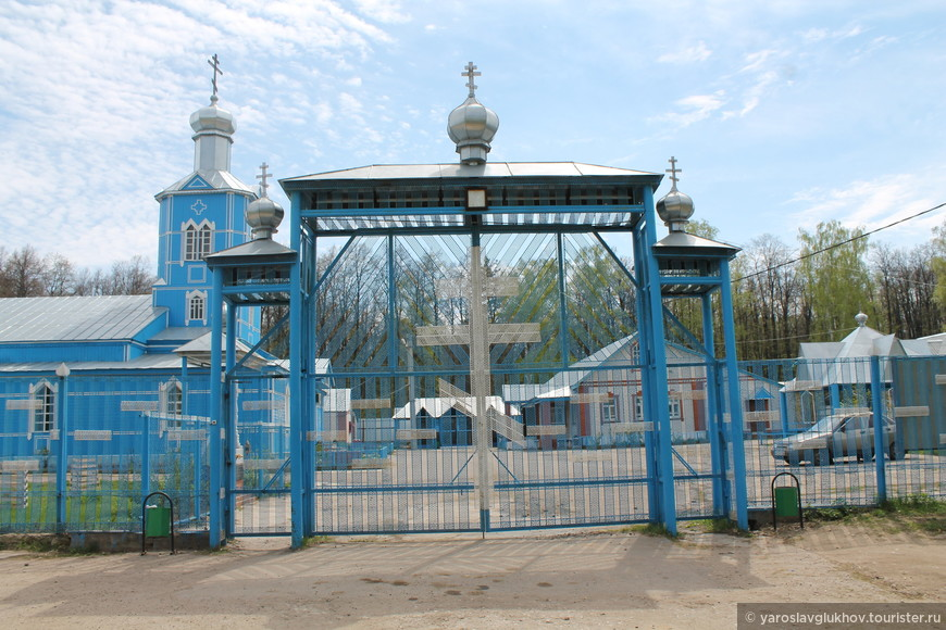 Вход на территорию храма.